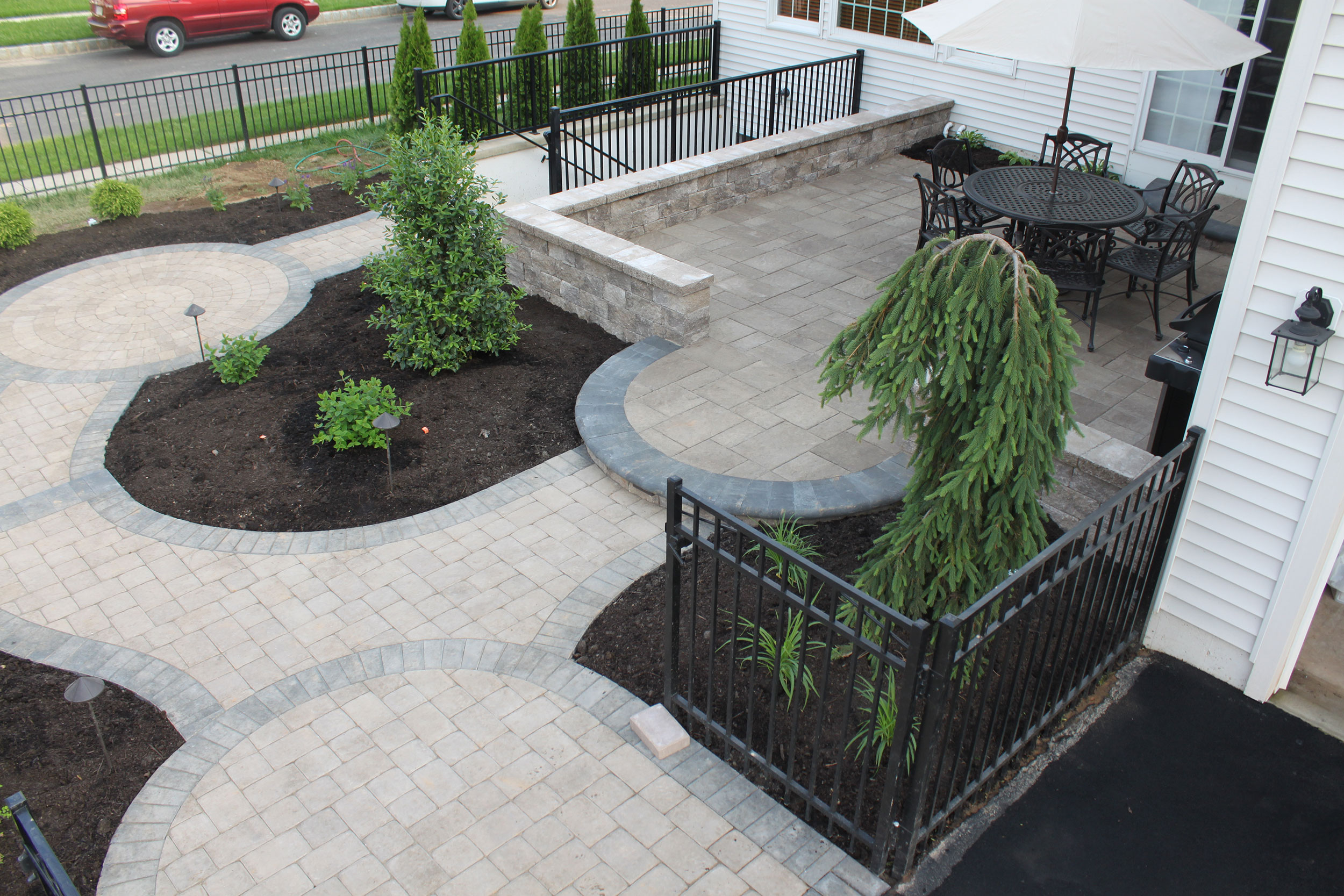 pavers-with-charcoal-border